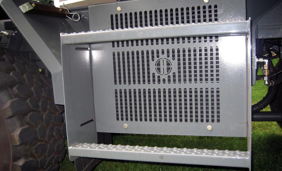Schmalspurfahrzeug APZ 531 Hydraulikölkühler am Unterwagen