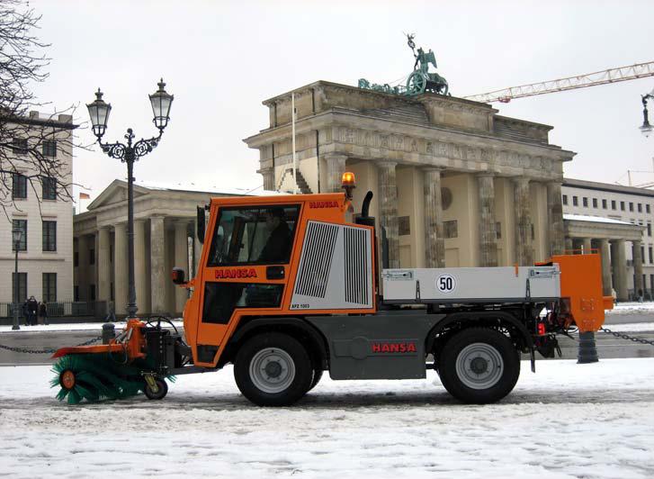 Winterdienstfahrzeug APZ 1003 Frontkehrbesen 1500 mm und Anbauwalzenstreuer 1300 mm
